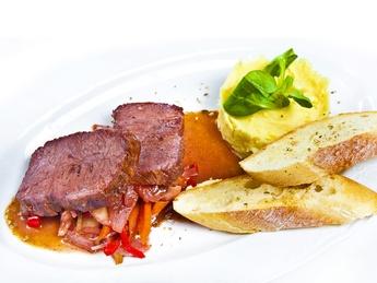 Roast beef cu piure în sos de vin