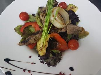 Салат теплый с телятиной