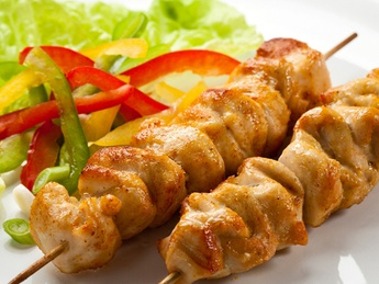 Chicken skewers with salad and sauce
