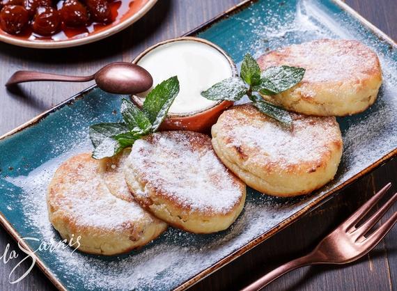 Cheese pancakes with raisins