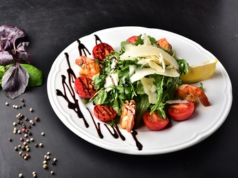 Salad with rucolla and shrimps