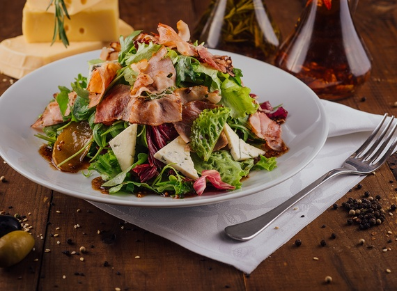 Salad with caramelized pears