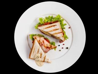 Sandwich cu fileu de pui și bacon