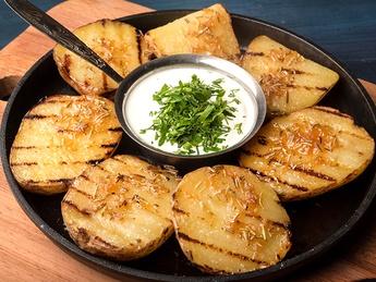 Cartofi pe grill cu sos