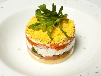 Salată Mimoza cu somon afumat