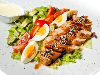 Salată mix cu pui și avocado