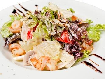 Salată mix cu crevete tigru, pere și ciuperci