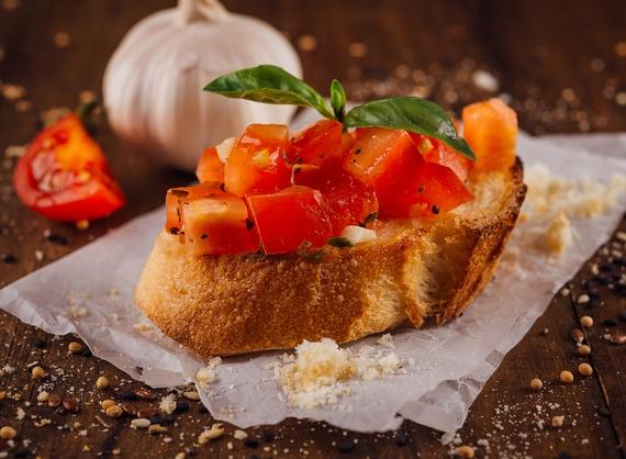 Брускетты с помидорами