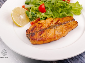 Grilled salmon steak with green salad