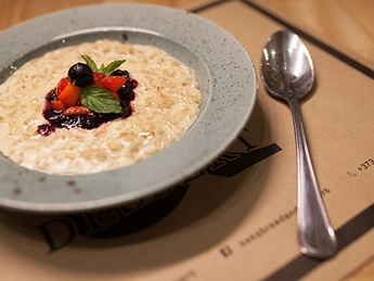 Oatmeal with honey & berry sauce