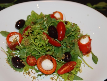 Salad with baked pepper and mozzarella
