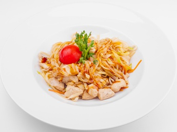 Chicken fillet with rice noodles and vegetables
