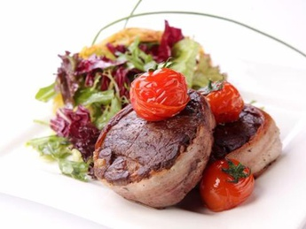 Veal medallions with salad mix