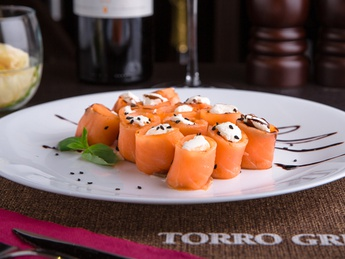 Lightly salted salmon roll with Philadelphia cheese