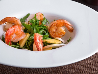 Warm salad with prawns and rocket