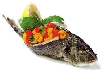 Doradă cu legume și produse de mare