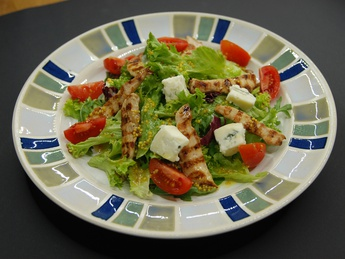 Salad with chicken breast and gorgonzola