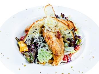 Salată Cezar cu piept de pui