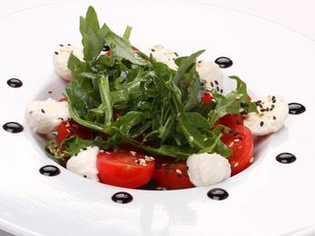 Салат из Моцареллы с томатами