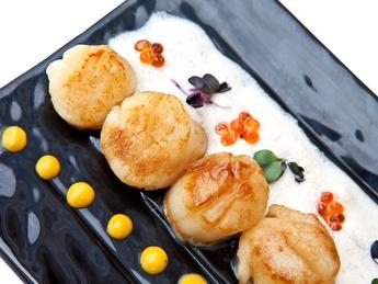 Scoici Saint-Jacques cu sos foie-gras