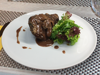.Steak Tenderloin în sos de vin