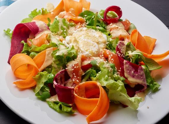 Салат с яйцом пашот и лососем