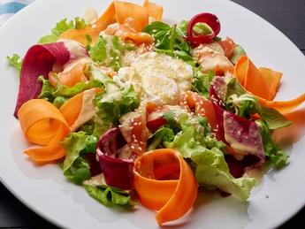 Salată cu ou pașot și somon