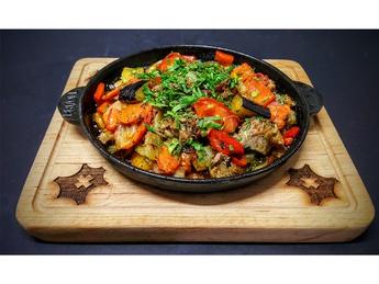 Кавурма из баранины с овощами на сковороде