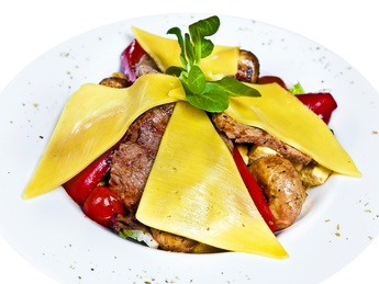 Salată caldă cu carne de vită și legume la grătar