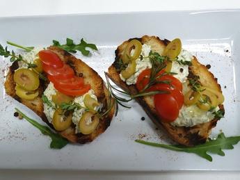 Брускетты с  сыром Фета и оливками