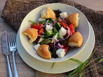 Деревенский салат с брынзой