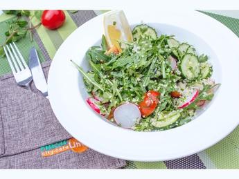 Магрибский салат с кус кусом, огурцом и редисом