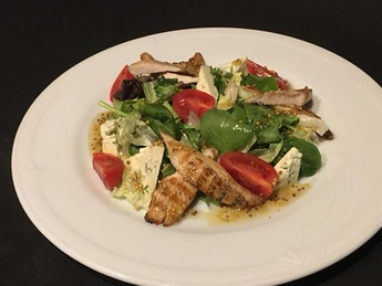 Salad with chicken and gorgonzola