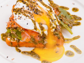 Eggs benedict with salted salmon