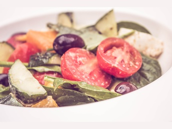 Овощной салат с печеным перцем и моцареллой