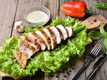 Мясо куриное на гратаре с соусом  Дзадзики