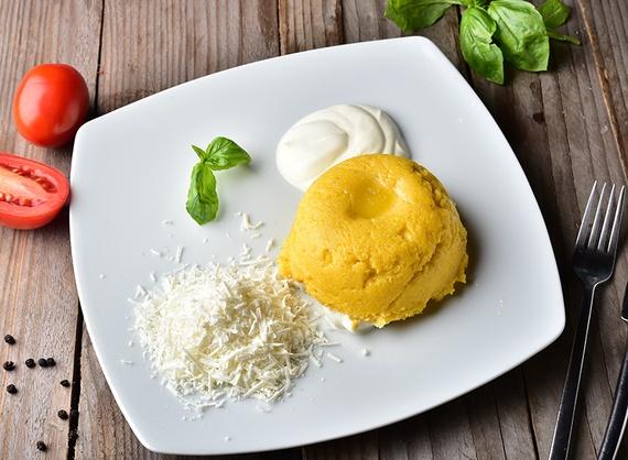Mămăligă cu brânză, smântână și unt