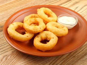 Golden fried onion rings with garlic sause