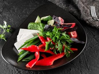 Platou cu legume si brînză