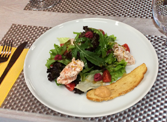 Appetizer of lightly salted salmon with carp caviar | Order