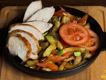 Горячая сковородка с куриным филе