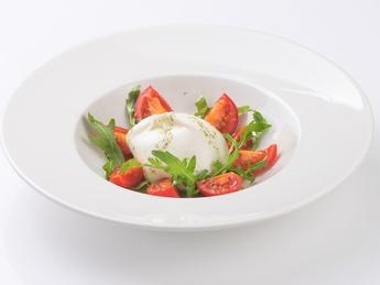 Салат с бураттой и томатами черри