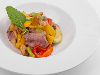 Warm salad with Roast Beef and vegetables
