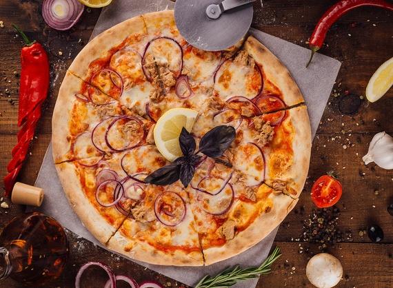 Пицца con tonno