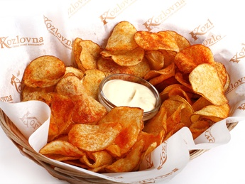 Potato chips with garlic sauce