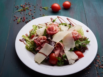 Salad with prosciutto crudo and mushrooms