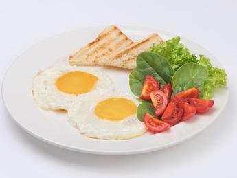 Глазунья с микс салатом и тостами