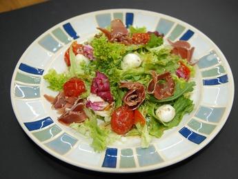 Salad with prosciutto crudo and mozzarella