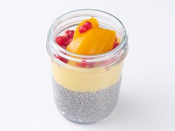 Каша из семян чиа с фруктами