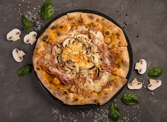 Pizza with prosciutto cotto and mushrooms